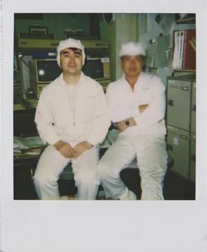 製薬会社勤務時同僚と共に作業現場にて